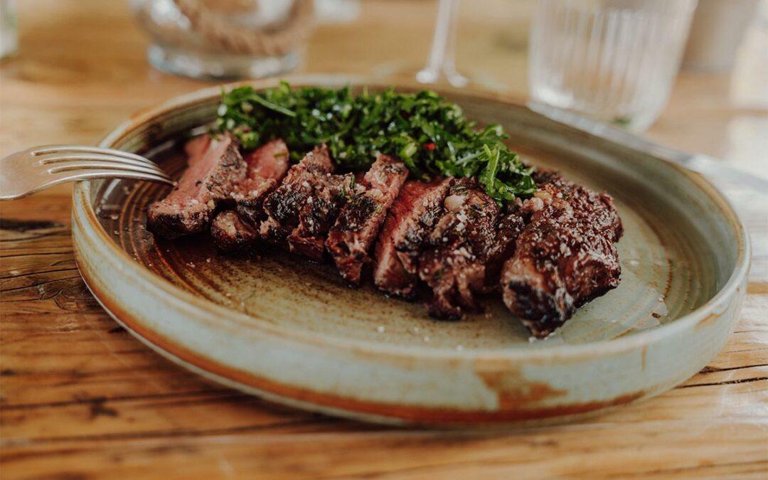 Gespicktes Rib-Eye-Steak mit Gremolata