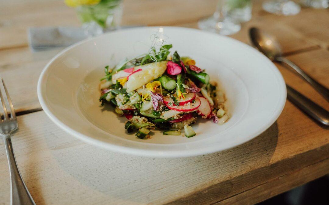 Holstein-Quinoa-Salat mit gebratenem Spargel, Radieschen und Minze
